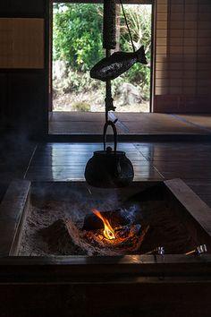 'Irori' - a traditonal Japanese fireplace Japanese Culture, Japanese Art, Irori, Indoor Outdoor Fireplaces, Japanese Style House, Japanese Lifestyle, Japan Architecture, Japanese Tea Ceremony, Art Japonais