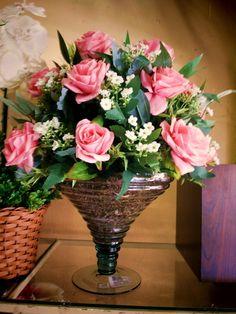 Arranjos com Rosas na cor rosa degradê, kalanchoe brancas, diversas folhagens. Vaso taça em vidro,cascalhos de pinos. OBS: RECOMENDO FRETE E-SEDEX POR SER FRÁGIL. R$ 269,90
