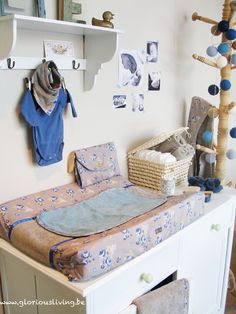 Romantische jongenskamer of meisjeskamer in wit, beige en blauwe accenten, volgens de ping ping pepper collectie van Glorious Lou * baby chic.