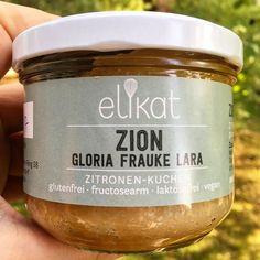 Vielleicht habt ihr sie schon mal auf Instagram gesehen : @elikat.shop sind ein kleiner Shop, der veganen Kuchen bietet und auf viele Unverträglichkeiten eingeht. So ist dieser leckere Zitronenkuchen wie die Packung schon verrät : Glutenfrei, Fructosearm, Laktosefrei und auch wenn es nicht vorne drauf steht Sojafrei! Ich habe ein Paket mit 5 dieser niedlichen Kuchen bekommen. In jedem Glas sind 150gr und regulär kosten sie 6,49€, aber es gibt momentan ein Probierpaket mit 5 Stück für 26,96€…