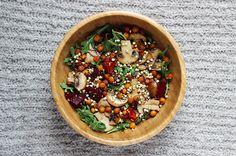 ☞ Feuilles vertes (roquette, mâche, laitue) ☞ Légumes-racines (betterave, radis, carotte) ☞ Champignons ☞ Céréales cuites (quinoa, sarrasin, petit épeautre, blé) ☞ Légumineuses cuites (pois chiches, lentilles corail, haricots blancs ou noirs, tofu) ☞ 1/2 poignée de graines (sésame, tournesol, lin, courge, soja, alfalfa, radis) ☞ Facultatif : olives, tomates séchées, raisins secs ☞ 1 à 2 càs de tahini-citron, huile d'olive et vinaigre balsamique, vinaigrette, jus de citron