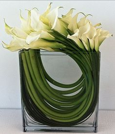 Send the Mystic Callas bouquet of flowers from LA Premier in Los Angeles, CA. Local fresh flower delivery directly from the florist and never in a box! Modern Floral Arrangements, Flower Arrangement Designs, Vase Arrangements, Beautiful Flower Arrangements, Flower Designs, Beautiful Flowers, Flower Vases, Flower Art, Calla Lily Centerpieces