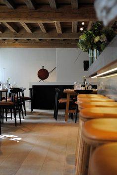 Brasserie Món vond onderdak in een gebouw uit 1685 dat oorspronkelijk uit drie panden bestond en uitzicht heeft op het Bonapartedok en 't Eilandje.