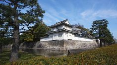 Nijo Castle (二条城, Nijōjō) was built in 1603 as the Kyoto residence of Tokugawa Ieyasu, the first shogun of the Edo Period (1603-1867). His grandson Iemitsu completed the castle's palace buildings 23 years later and further expanded the castle by adding a five story castle keep.
