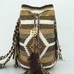 Risultati immagini per silvia tcherassi mochila bags Tapestry Bag, Boho Bags, Knitted Bags, Beautiful Bags, Boho Shorts, Bucket Bag, Purses And Bags, Knit Crochet, Crochet Patterns