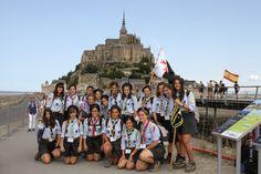 Scouts d'Europe. Jeunes espagnoles en ciste au Mont Saint Michel