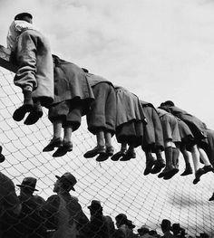 Robert Doisneau è stato un poeta dell'immagine, il fotografo umanista che seppe vedere il mondo c Vintage Humor, Funny Vintage Photos, Photo Vintage, Vintage Photographs, Vintage Ads, Vintage Black, Robert Doisneau, Black White Photos, Black And White Photography