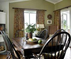 Kjøkken nå: Spisestuen tar opp den varme brunfargen fra treverket i gulvet.