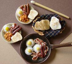 Full English breakfast in miniature Miniature Crafts, Miniature Food, Miniature Dolls, Barbie Food, Doll Food, Tiny Food, Fake Food, Polymer Clay Miniatures, Dollhouse Miniatures