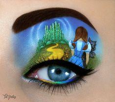 Ojo de una chica usado para pintar una escena del mago de oz