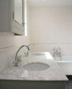 Ett lyxigt badrum med karaktär och vintagekänsla. Golvet täcks av grå marmor och på väggarna kombineras vit träpanel med matt, vitt kakel. Rummet är smakfullt möblerat med ett fristående badkar på silverfärgade tassar och ett lyxigt dubbelhandfat i marmor. Different Textures, Bathroom Inspiration, Sink, House, Home Decor, Pictures, Sink Tops, Vessel Sink, Decoration Home
