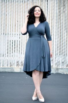 Dress Girl With Curves: Wrap Dress. A curvy girl classic and must have. A wrap dress does every body good.Girl With Curves: Wrap Dress. A curvy girl classic and must have. A wrap dress does every body good. Curvy Girl Outfits, Curvy Women Fashion, Plus Size Fashion, Work Outfits, Curvy Girl Style, Fashion Black, Short Girl Fashion Curvy, Fashion Fashion, Curvy Street Style