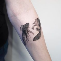 12 Tattoos That Are Stylish and Challenge Conventions Related to the Art Betta Fish Tattoo, Botanisches Tattoo, Tattoo Bein, Body Art Tattoos, 12 Tattoos, Tatoos, Trendy Tattoos, Black Tattoos, Small Tattoos