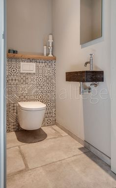 Playful toilet with ceramic Portuguese tiles. against the wall. - Playful toilet with ceramic Portuguese tiles. against the wall. Small Toilet Room, Guest Toilet, Downstairs Toilet, Guest Bathrooms, Small Bathrooms, Bathroom Toilets, Bathroom Flooring, Bathroom Interior, Bathroom Ideas