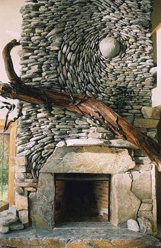 kreative Oberflächenstrukturen mit Steinen in unterschiedlichen Formaten und rustikales Holz