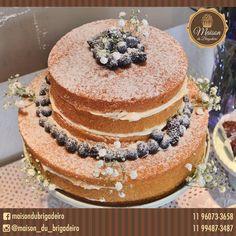 ✨ Naked Cake - pão de ló de baunilha, recheio de ganache de chocolate branco, decoração com flores naturais, amoras e blueberries. ✨ Para informações : maisondubrigadeirobr@gmail.com