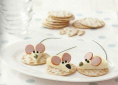 Edible mice on crackers food design and styling Cute Snacks, Snacks Für Party, Cute Food, Good Food, Yummy Food, Food Decoration, Food Crafts, Food Humor, Cooking With Kids