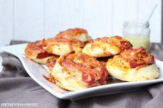Diese Pizzaschnecken sind ein Gedicht und relatv fix gemacht.   Hier habe ich einen Belag mit Salamit gewählt. Ihr könnt hier sicherlich na...