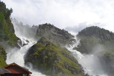 Una delle stupefacenti cascate norvegesi: Latefossen