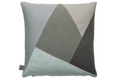 Pude, 'Fragment Cushion', i 100 % økologisk bomuld, 50 x 50 cm, 450 kr., Ferm Living. Den feminine og fine detalje | Boligmagasinet.dk