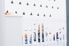 Quarto de bebê p&b no estilo minimalista.