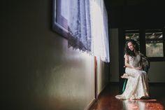 noiva com vestido offwhite com aplicações em paetê e arranjo floral de cabelo.   #duemai #bridedress #bride #morningwedding #wedding #offwhite  (Fotografia: Diogo Perez / Vestido: Nágela Maria)