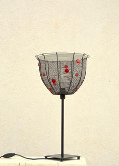 Červený+puntík.+Drátovaná+lampa.+Lampičku+jsem+vyrobila+z+černého+drátu+a+ozdobila+ji+skleněnými+korálky+červené+barvy.+Výška:+52+cm.+Průměr+stínidla:+28,5+cm.+Ošetřeno+antikorozním+sprejem.+Originál+RoníkoVo.