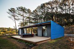 Construído na 2013 na São Roque, Brasil. Imagens do Nelson Kon. Este pequeno pavilhão de veraneio localiza-se em uma chácara nos arredores de São Roque, uma cidade a aproximadamente 60km de São Paulo.  Destinada a...