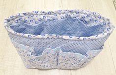 Como fazer um organizador para bolsa de tecido estampado com alça em tecido floral na cor azul.