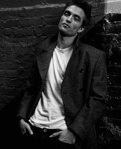 Robert Pattinson Dior, Robert Pattinson Twilight, King Robert, Robert Douglas, Black And White Portraits, Black And White Pictures, Saga Harry Potter, Fighting Poses, Twilight Pictures