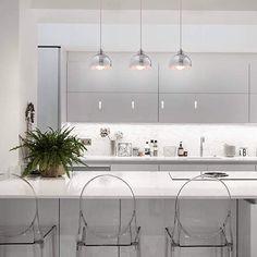 18 Sophisticated Modern Kitchen Designs That Stun With Their Minimalism - Luxury Kitchens - Minimalismus İdeen Design Your Kitchen, Diy Kitchen Decor, Home Decor, Purple Bedrooms, Kitchen Models, Luxury Kitchens, Modern Kitchens, Minimalist Kitchen, Küchen Design