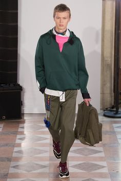 The complete Valentino Spring 2018 Menswear fashion show now on Vogue Runway. Men's Fashion, Men Fashion Show, Next Fashion, Fashion Show Collection, Fashion Week, Runway Fashion, Paris Fashion, Fashion Trends, Valentino