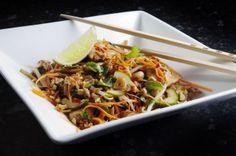 Varm Thaisalat med kylling. Tar under en halvtime å tilbrede, med sprø strimler av gulrot, agurk og kyllingbiter!