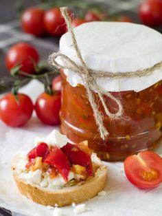 Dieses außergewöhnliche Rezept für süß-fruchtige Tomatenmarmelade gelingt am besten mit aromatischen, sonnengereiften Tomaten.