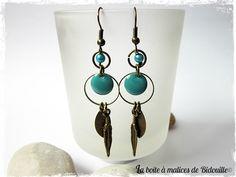 Boucles d'oreilles bronze avec sequin rond émaillé turquoise et plume : Boucles d'oreille par la-boite-a-malices-de-bidouille