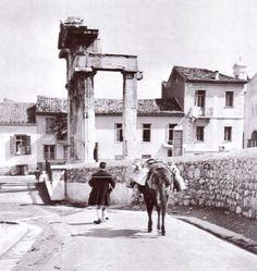 Όλη η Ελληνική ιστορία σε μια φωογραφία. Στα τέλη του 1833, η Αθήνα ήταν μια κωμόπολη ρημαγμένη και Τουρκοκρατούμενη. Στην Ακρόπολη αλλά και στις πύλες της πόλης παρέμενε Τούρκικη φρουρά. Οι περισσότεροι κάτοικοι της Αθήνας —όταν ο Κιουταχής την κατέλαβε το 1826— κατέφυγαν πρόσφυγες στην Αίγινα, στον Πόρο, στη Ζάκυνθο. Από το 1830 αρχίζουν να επιστρέφουν σιγά-σιγά για να βρουν όμως ερείπια τα σπίτια και τις περιουσίες τους.