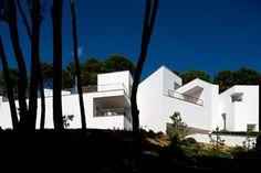 Álvaro Siza Vieiraes un arquitecto portugués, aunque quiso ser escultor. Este arquitecto de reconocido prestigio, enhebra sus edificios como si fueran poesía musical. Fue profesor de la Escuela Su… Mansions, Musical, Architecture, House Styles, Houses, Home Decor, Architects, Buildings, Cities