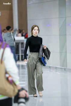 Korean Fashion Trends you can Steal – Designer Fashion Tips Korean Airport Fashion, Korean Girl Fashion, Fashion Idol, Korean Fashion Trends, Kpop Fashion Outfits, Korean Casual Outfits, Velvet Fashion, Airport Style, Airport Outfits