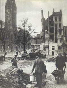 Georgi Petrussow, Berlin, Vor dem Charlottenburger Rathaus, Mai 1945.