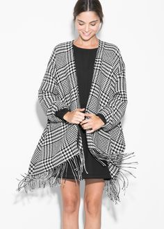 They're warm, stylish and much better than a poncho. Mango Fashion, White Fashion, Fashion Now, Fashion Outfits, Fashion Trends, Poncho Lana, Winter Typ, Houndstooth Coat, Trench Coats