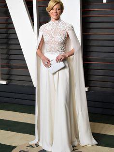 Elizabeth Banks, con vestido blanco de cuerpo de encaje con capa