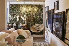 Lounge dos amigos - amei essa cadeira suspensa e o jardim vertical formado por suculentas, Espaço de Ale Tobler, Westwing, na Casa Cor SP