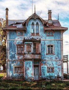 Abandoned house in Portugal Abandoned Buildings, Old Abandoned Houses, Abandoned Mansions, Old Buildings, Abandoned Places, Creepy Old Houses, Beautiful Buildings, Beautiful Places, Beautiful Homes