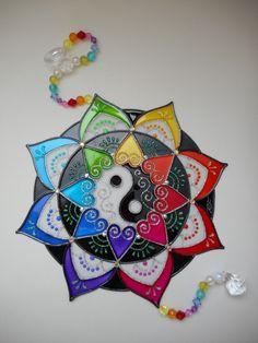 Mandala em PVC com técnica de pintura vitral - com 20 cm de diâmetro    MANDALAS - uma opção excelente para presentear com bom gosto e exclusividade!