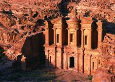 Petra es un importante enclave arqueológico en Jordania, y la capital del antiguo reino nabateo. El nombre de Petra proviene del griego πέτρα que significa piedra, y su nombre es perfectamente adecuado; no se trata de una ciudad construida con piedra, sino, literalmente, excavada y esculpida en la piedra. Ahora, por votación popular, una de las 7 maravillas del mundo.