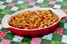 refogado de frango  mimis  Ingredietes:  - 500g de frango  - 1 xícara de molho de tomate caseiro ou pronto  - 1 cebola grande picada  - 1 dente de alho picado ou 1 colher de café de tempero de alho (receita AQUI)  - 2 tomates picados  - 1 abobrinha cortada em cubinhos  - 1 abobrinha picada em cubinhos  - sal e pimenta do reino à gosto  - salsinha picada ou outro tempero verde da sua preferência.