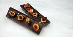 From Alma Chocolates in Portland, dark chocolate from Woodblock chocolate filled with small batch roasted hazelnut praline, then topped with hand-candied local hazelnuts and Jaconsen Salt Co's sea salt. Crunch Chocolate Bar, Best Chocolate Bars, Chocolate Filling, Hazelnut Praline, Caramel Pecan, Chocolate Hazelnut, How To Roast Hazelnuts, Candy Recipes, Yummy Treats