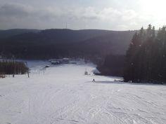 Entspannt üben, wer es noch nicht so drauf hat. Skilift Rimberg im Sauerland. Oben erkennt man den Hunauturm.