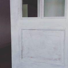 Buenos días! Hoy volvemos a la carga con una nueva edición de Con brochas y a lo loco. Pronto en sus pantallas (espero ). Qué tengáis un día estupendo.  #unapizcadehogar #hogarpizca #chalkpaint #autenticochalkpaint #interiores #interiordesign #doors #paintingdoors #myhome #home #ideas #tips #reformasinobras