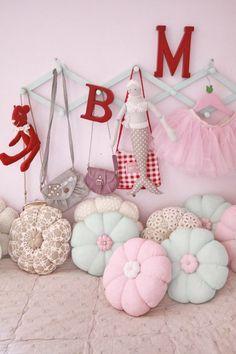 I am gonna make those flower pillows!
